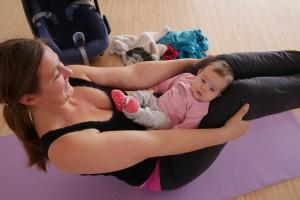 Baby im Schoss beim Mama Baby Yoga
