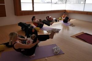 Übung beim Mama Baby Yoga